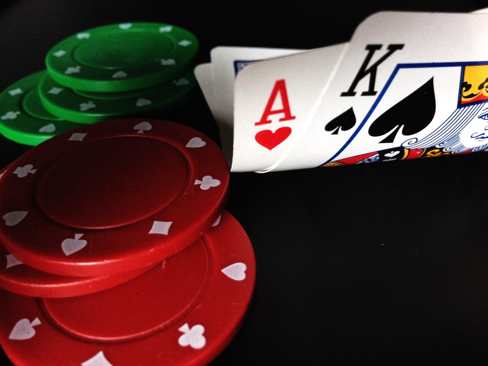 Auch im Fahrradurlaub zählt Poker zu den beliebtesten Glückspielen. Foto. GreenDarkness via Twenty20